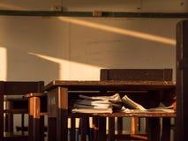Livro de madeira da mesa para dentro Fotos de Stock Royalty Free
