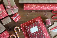Livro de Natal da embalagem na tabela de madeira Foto de Stock