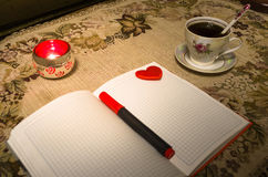 Livro de nota do amor na tabela Imagem de Stock Royalty Free