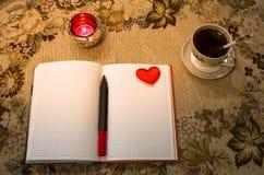 Livro de nota do amor na tabela Imagens de Stock