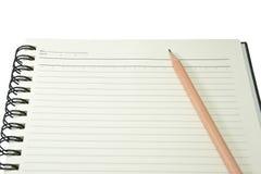 Livro de nota duro da tampa com o lápis em wi brancos isolados do fundo Foto de Stock
