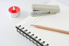 Livro de nota duro da tampa com o lápis no fundo branco Imagens de Stock Royalty Free