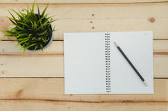 Livro de nota em teble de madeira imagem de stock