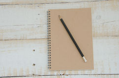 Livro de nota em teble de madeira imagens de stock
