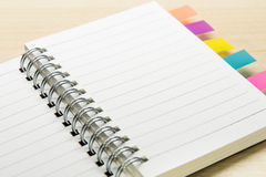 Livro de nota pequeno aberto com etiqueta colorida Fotos de Stock