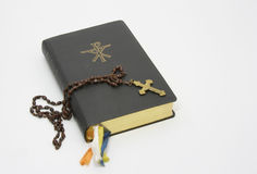 Livro de oração com rosário imagens de stock