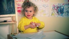Livro de papel de rasgo da menina bonito Criança furada video estoque