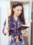 Livro de receitas da leitura da jovem mulher Fotografia de Stock Royalty Free