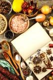 Livro de receitas e especiaria em uma tabela de madeira Preparação de alimento Um livro velho na cozinha Receitas para o alimento foto de stock