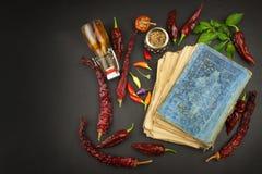 Livro de receitas e especiarias na tabela de madeira Livro de receitas e ingredientes Alho, pimentas de pimentão e cebola Ingredi Imagem de Stock