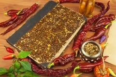 Livro de receitas e especiarias na tabela de madeira Livro de receitas e ingredientes Alho, pimentas de pimentão e cebola Ingredi Fotos de Stock