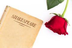 Livro de Shakespeare e rosa do vermelho Fotos de Stock