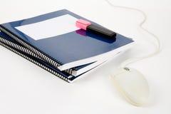 Livro de texto da escola e rato azuis do computador Fotografia de Stock