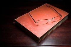 Livro de texto e vidros Imagens de Stock