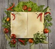 Livro do cozinheiro com tomates e cjili Fotos de Stock Royalty Free