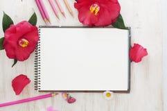 Livro do esboço, flores e lápis da cor Imagens de Stock