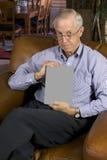 Livro do homem sênior w/blank Imagens de Stock Royalty Free