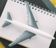 Livro do jornal do Blogger do curso com avião fotos de stock royalty free