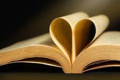 Livro do vintage com o marcador da forma do coração foto de stock royalty free