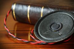Livro do vintage com um orador audio velho Fotografia de Stock Royalty Free
