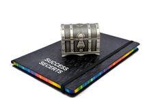 Livro dos segredos do sucesso com caixa do tesouro Imagem de Stock Royalty Free