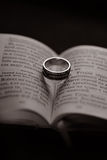 Livro e anel religiosos Foto de Stock