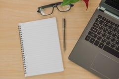 Livro e caderno em de madeira Business Objects no escritório Fotografia de Stock