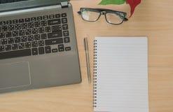 Livro e caderno em de madeira Business Objects no escritório Fotografia de Stock Royalty Free