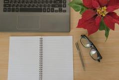 Livro e caderno em de madeira Business Objects no escritório Imagens de Stock Royalty Free