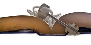 Livro e chave Fotografia de Stock Royalty Free