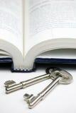 Livro e chave Fotos de Stock