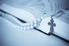 Livro e cruz Fotografia de Stock Royalty Free