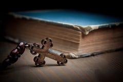 Livro e cruz Foto de Stock