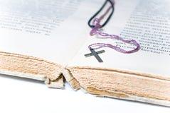 Livro e cruz Imagem de Stock