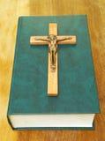 Livro e cruz de madeira Foto de Stock
