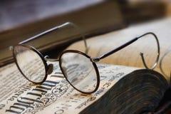 Livro e eyeglasses Fotografia de Stock Royalty Free