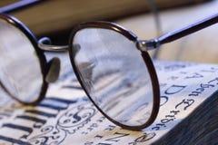 Livro e eyeglasses Fotografia de Stock