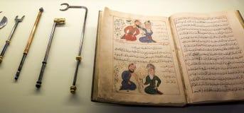 Livro e ferramentas médicos árabes antigos foto de stock