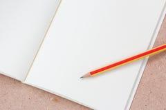 Livro e lápis de nota Foto de Stock