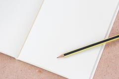 Livro e lápis de nota Fotos de Stock Royalty Free