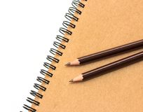 Livro e lápis de nota do papel de embalagem Fotos de Stock Royalty Free
