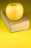 Livro e maçã imagens de stock