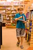 Livro e passeio da terra arrendada do menino Fotografia de Stock Royalty Free