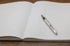Livro e pena de nota Fotografia de Stock