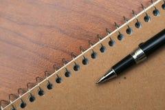 Livro e pena de nota na mesa Foto de Stock