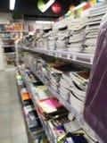 Livro e tudo que do caderno do escritório do shelving você precisa para o escritório imagens de stock royalty free