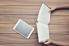 Livro e uma tabuleta digital fotografia de stock royalty free