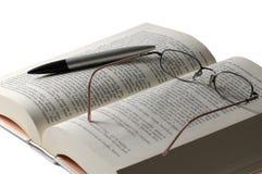 Livro e vidro Fotografia de Stock Royalty Free