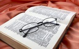 Livro e vidros Fotos de Stock Royalty Free
