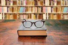 Livro e vidros Fotos de Stock